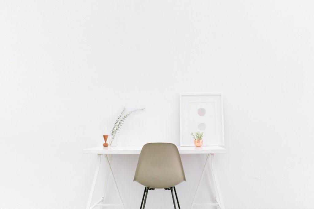 stoel en tafel met witte achtergrond