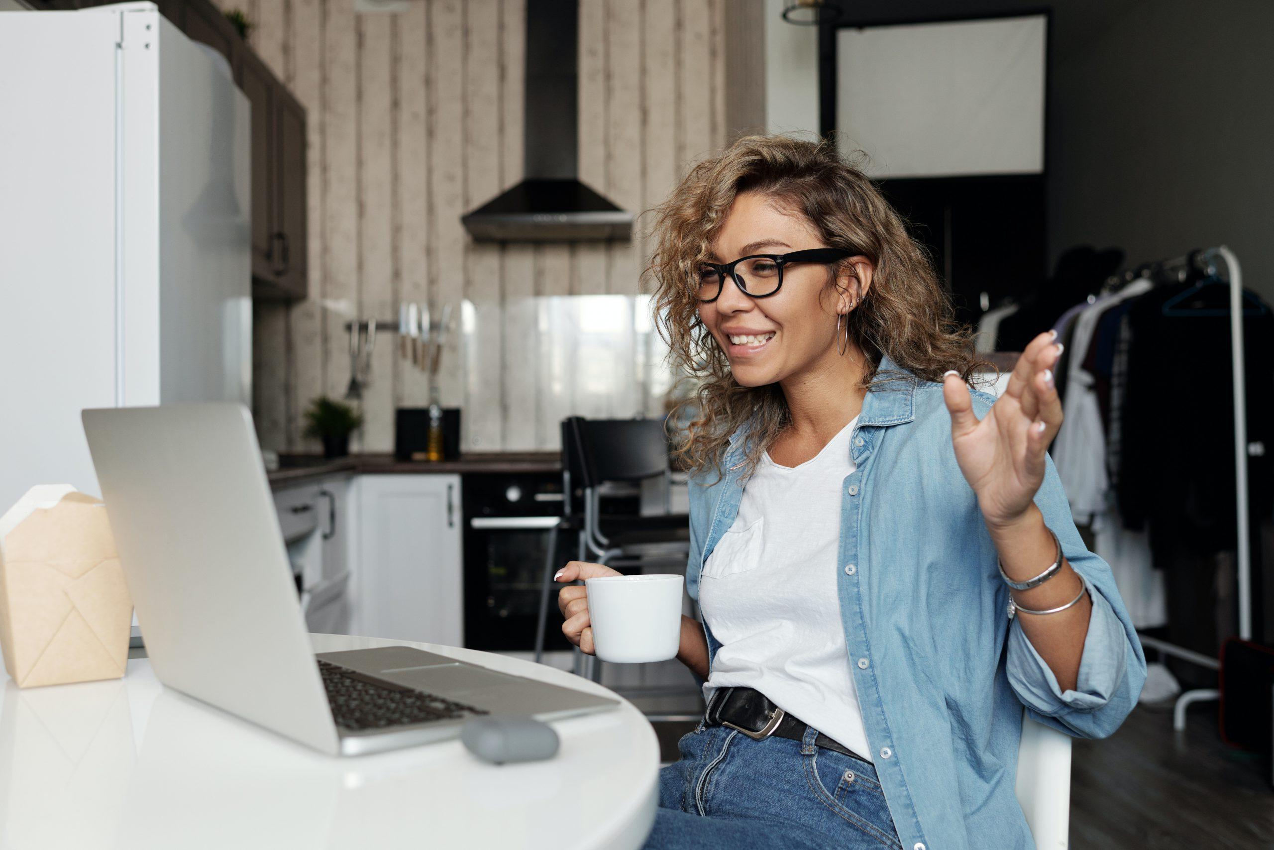vrouw achter laptop videobellen met groweveryday