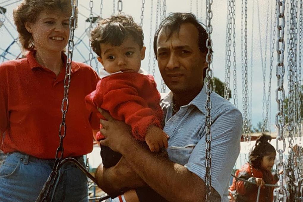 Familiefoto van de familie Kazmi met kleine Sheraz Kazmi