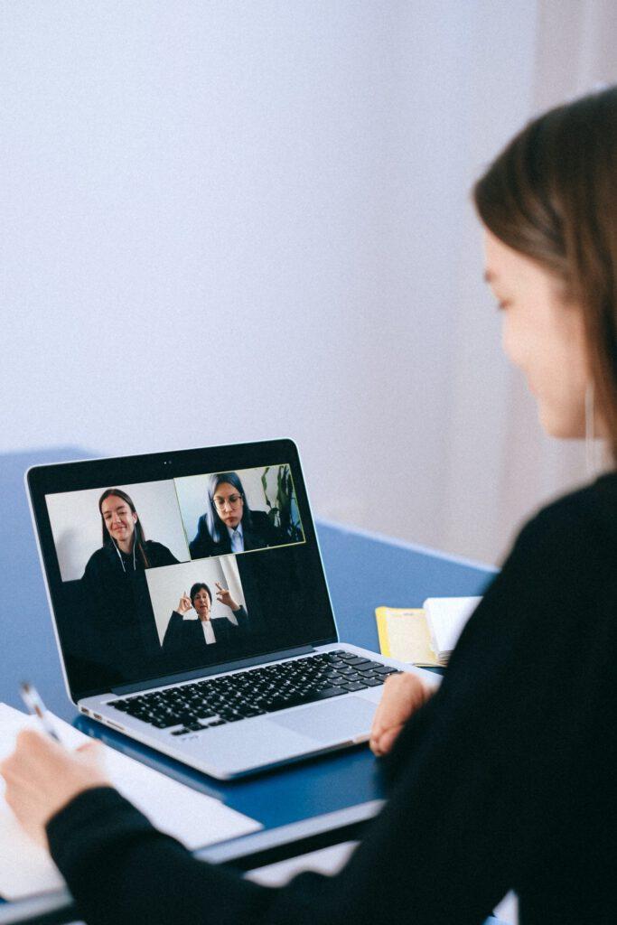 Meeting Manifest mensen in gesprek via een video call van GROWEVERYDAY